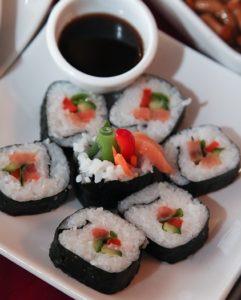 суши свежие с соусом